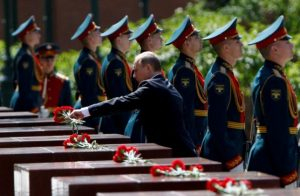 Russian President Vladimir Putin attends a wreath-laying ceremony marking the 75th anniversary of the Nazi German invasion, by the Kremlin walls in Moscow, Russia, June 22, 2016. REUTERS/Grigory Dukor
