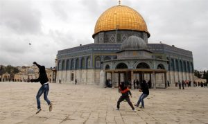 Throwing stones on the Temple Mount