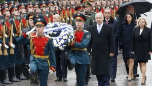 Prime Minister Benjamin Netanyahu and his wife Sara take part in a wreath laying ceremony at the Tomb of the Unknown Soldier in central Moscow on June 7, 2016
